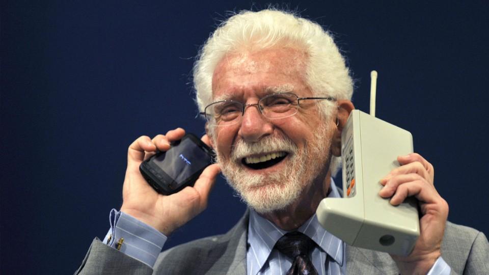 Un-día-como-hoy-hace-42-años-se-realizó-la-primera-llamada-móvil-martin-cooper-960x623